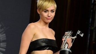 Homeless man accepts Miley's award
