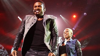 Usher postpones tour for Voice role