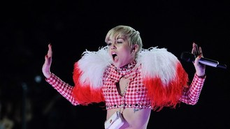 Miley sings to giant inflatable dog