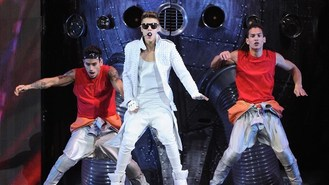 Bieber's pants fall down on stage
