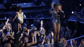 Jay-Z gives Beyonce her MTV award