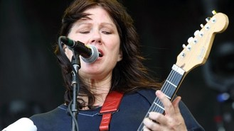 Bassist Kim Deal leaves the Pixies