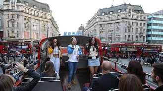 Stooshe sing to rush-hour Londoners