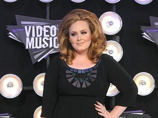 Adele 'chills out' after throat op