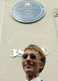 Bee Gees star unveils Dusty plaque