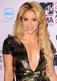 Shakira hits town with footballer