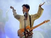 Prince wows crowd like it is 1999