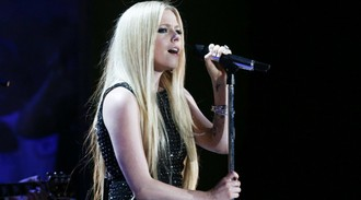 Avril Lavigne gives first performance since revealing Lyme disease battle