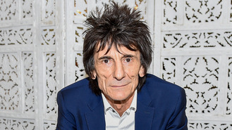 Ronnie Wood turns heads at twins' birth