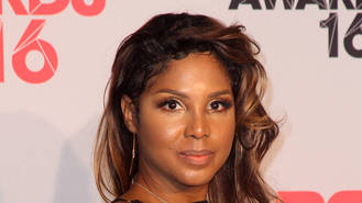 Toni Braxton wears heart monitor during concert