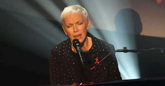 Annie Lennox joins daughter for orchestral performance