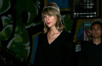 Taylor Swift pokes fun at injury